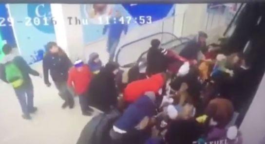 سقوط وحشتناک ۴۴ دانش آموز از پله برقی +فیلم