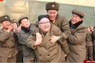 رهبر کره شمالی به چه کسی کولی داد +عکس